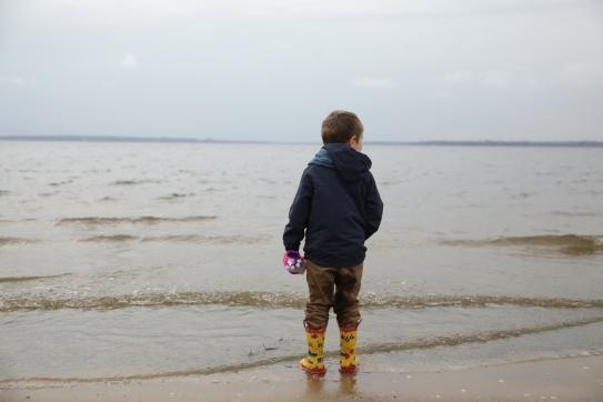 Mon petit bonhomme qui aime tant être au bord de l'eau...